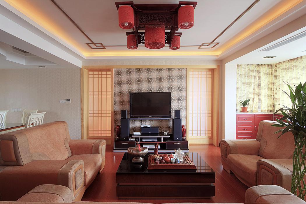 中式风格的客厅,简洁的木线条在空间中灵活跳动,方正的吊顶搭配四方的家具,深层次的蕴含了主人做事的风格。