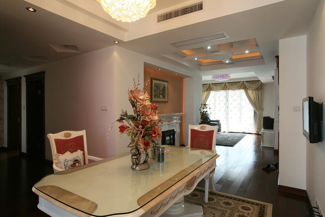 餐厅是家居生活的心脏,不仅要美观,更重要的实用性,整体性。灯光很重要既不能太强又不能太弱,顶部做了简单的吊顶。在灯光的映衬下,温馨暖和的浅橙色让人胃口大开。地上再配上一块精美的地毯。
