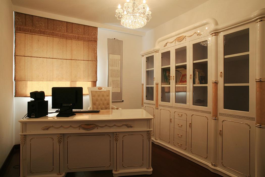 书房同样延续了客厅以白色为主调的设计风格,白色简约的背景墙,加上浅褐色的窗帘和字画的点缀。