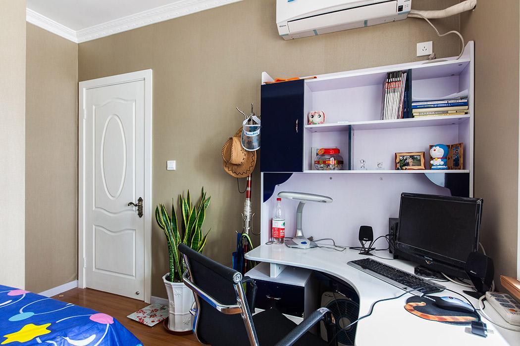 书房的宜家风格味道浓重,白色家居,奶咖色色系,设计感强烈的转角写字台都是年轻人的最爱