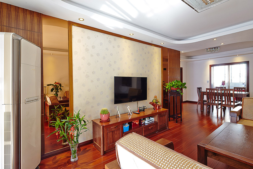 中式装饰风格的住宅中,空间装饰多采用简洁、硬朗的直线条,业主精心采用现代感的烤漆玻璃作为特点,迎各了中式家居追求内敛、质朴的设计风格,使中式风格更加实用、丰富。