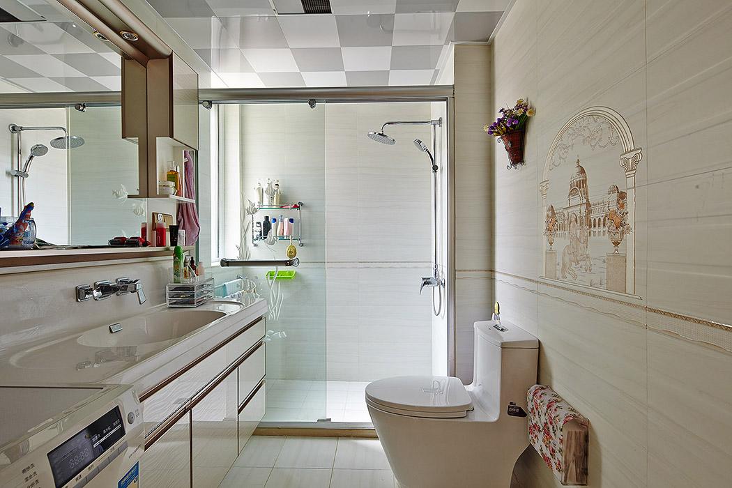 优雅大气、含蓄内敛的米色基调赋予卫生间间清爽宜人、高贵浪漫的都市感觉 。欧式花纹的装饰,画龙点晴。