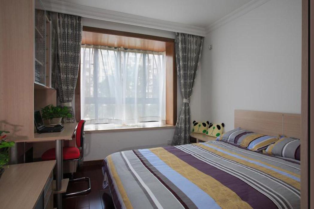 小孩房的搭配基本采用浅色的木质,洁白的墙面配合上多彩的双人床,让整个空间简洁而又跳跃。