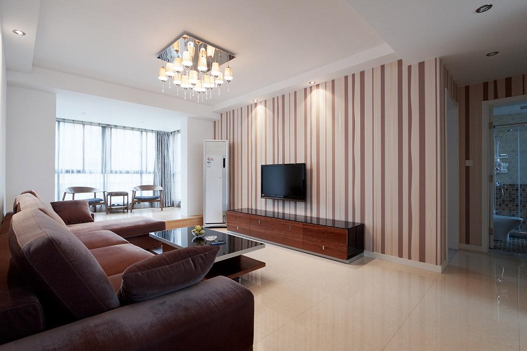 大片的落地窗不仅满足了室内对光线的要求,也是都市生活的一种唯美体现,将不是很宽敞的阳台与客厅用淡黄色的地砖连接在一起并将为一个休闲区使用,这大大的扩大了室内的空间感觉。