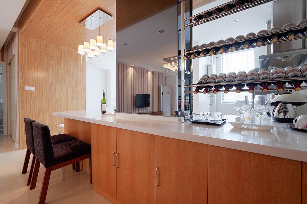 用厨房台面的有限延伸作为餐厅和吧台来使用,这合二为一的设计非常具有创新性。两三好友在这里小饮几杯很是惬意
