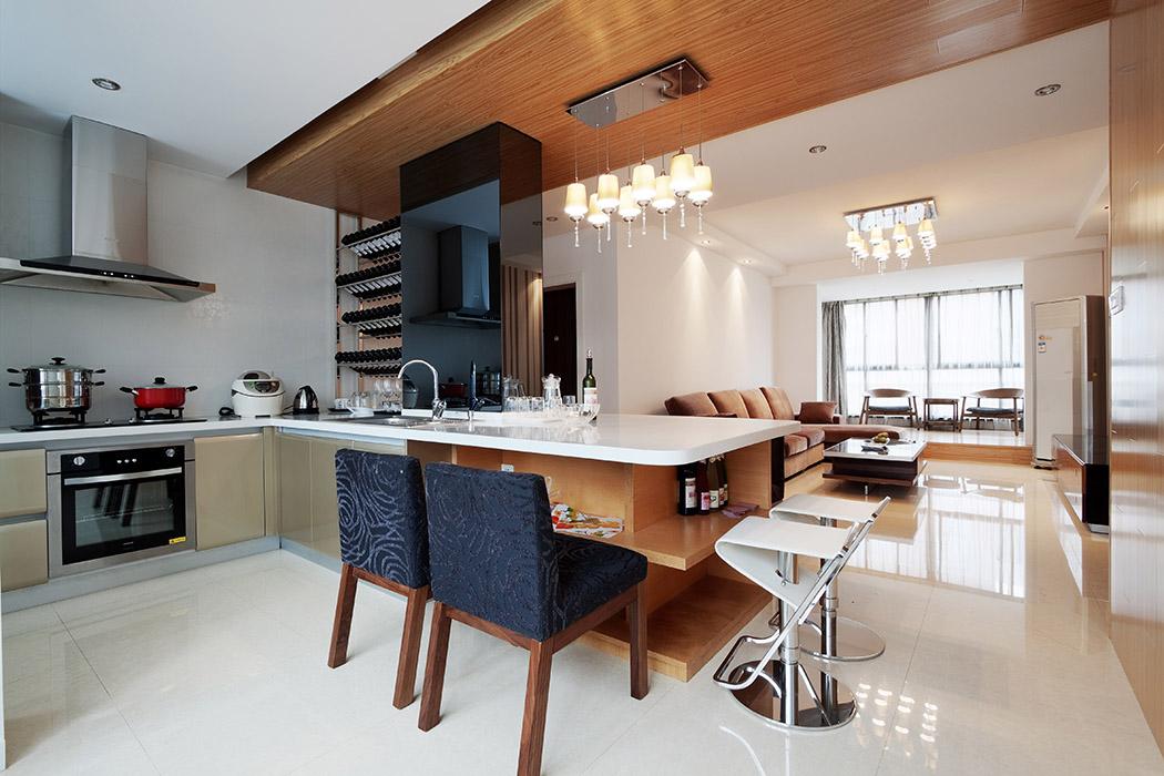 开放式的厨房不仅充分利用了空间还增加了人与人之间的互动,构建了温馨的生活模式。浅黄色的橱柜与白色的操作台,洗尽生活的铅华,让家居历久弥新。