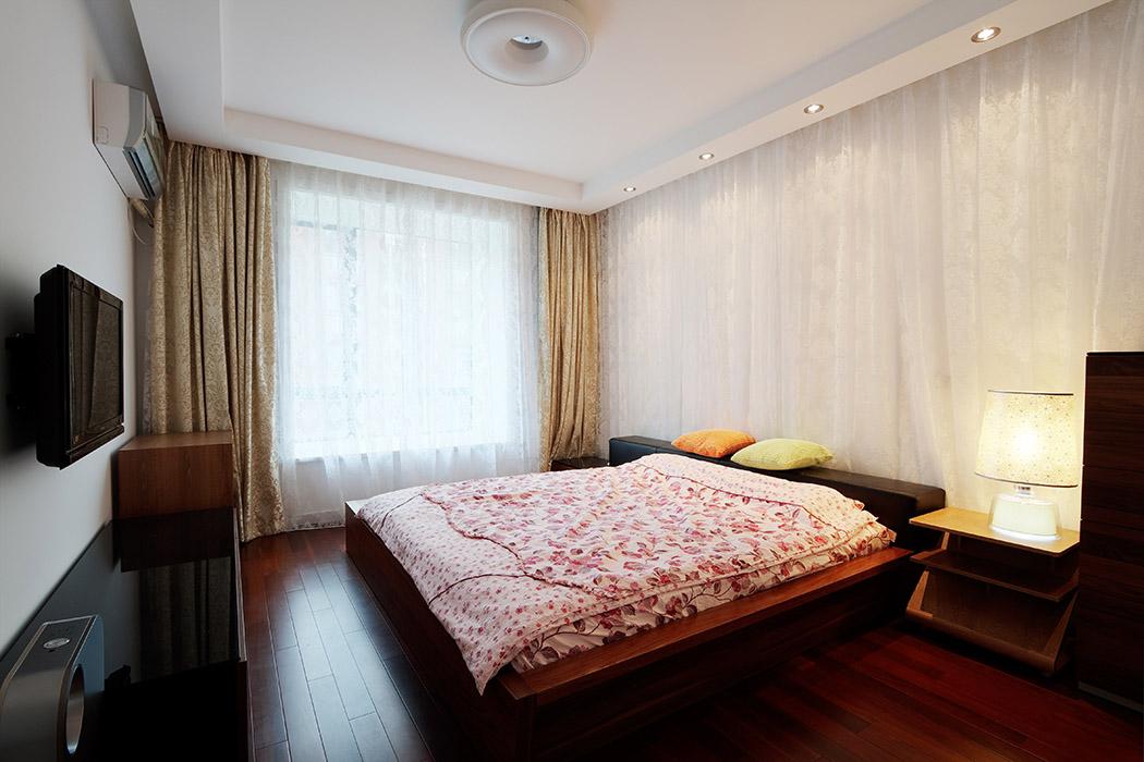 卧室里体现出的是一种简单的设计感觉,运用造型简洁的天花,现代又明朗。地面材质采用了与家采用了一致的颜色,从而保证了色彩的统一。