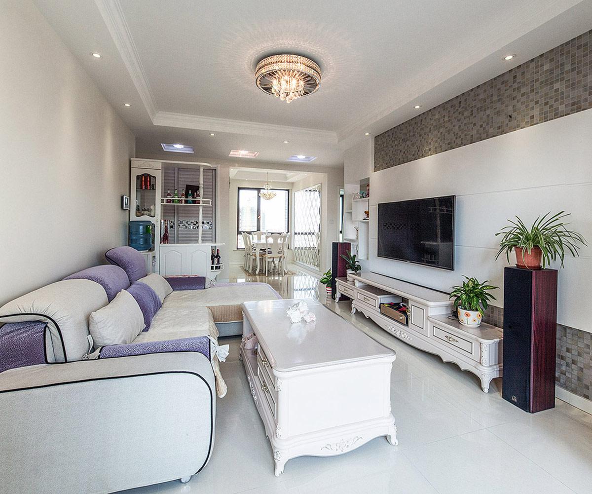 整体的软装装饰品,是设计师根据业主事先选好的家具风格来配置的淡色的色调烘托出欧式风格优雅的氛围。