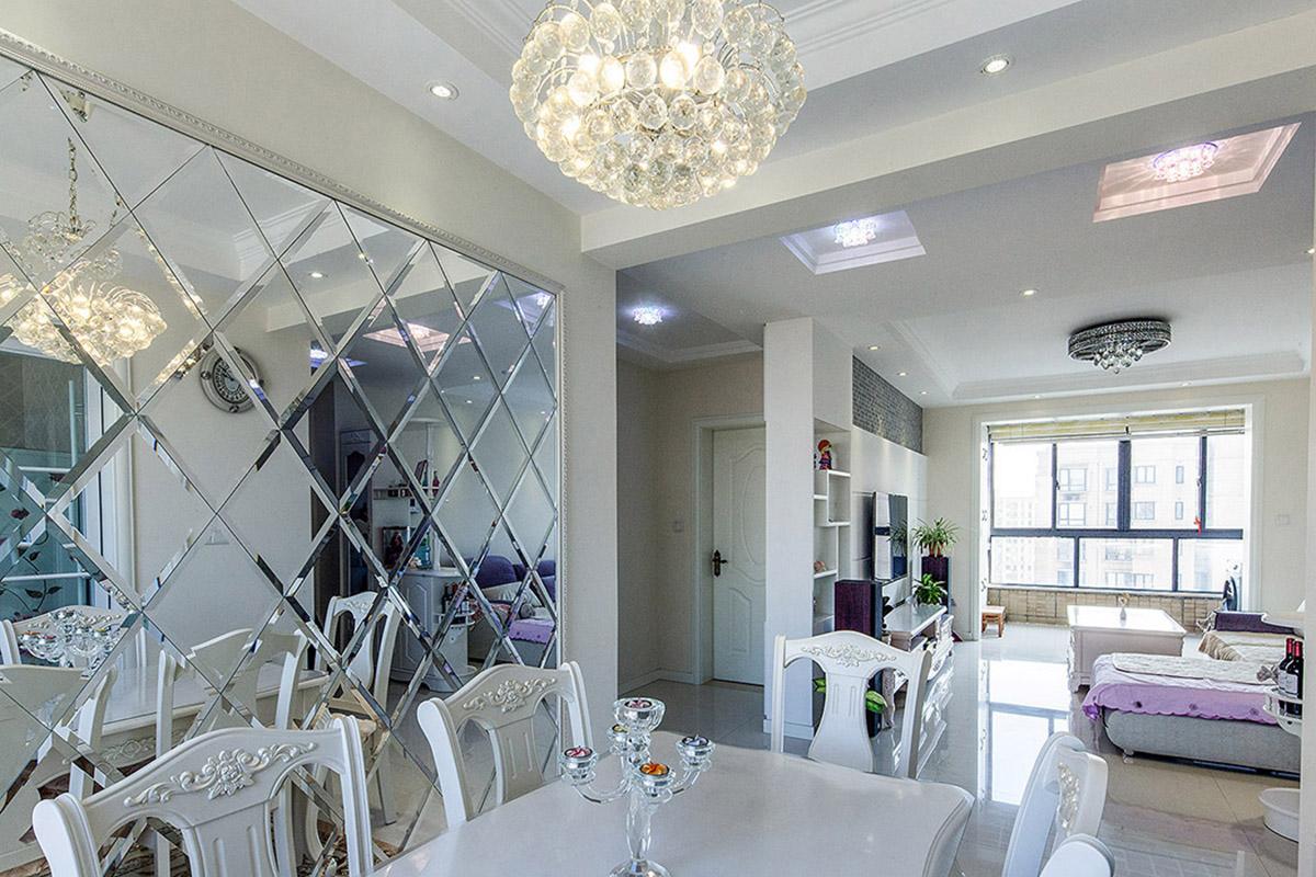 餐厅延续了客厅的格调,在装饰上搭配的略显轻松,餐厅菱形镜面装饰,拉伸了餐厅的空间。