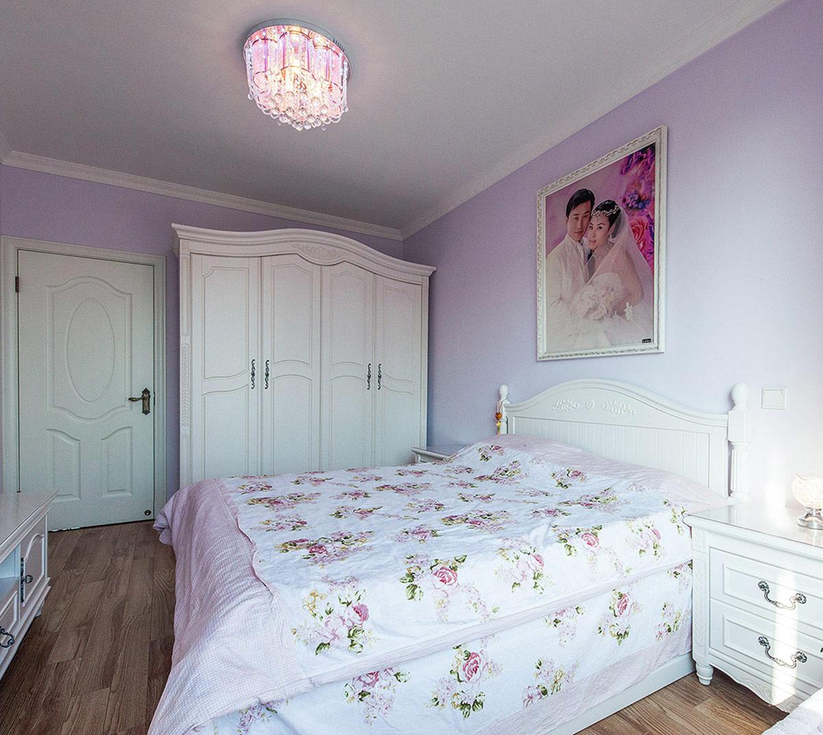 整体紫色的卧室显得温馨浪漫,欧式风格在点滴的装饰中体现出来,虽然没有过多的装饰但细看仍旧能看到欧式的情调融再在其中。