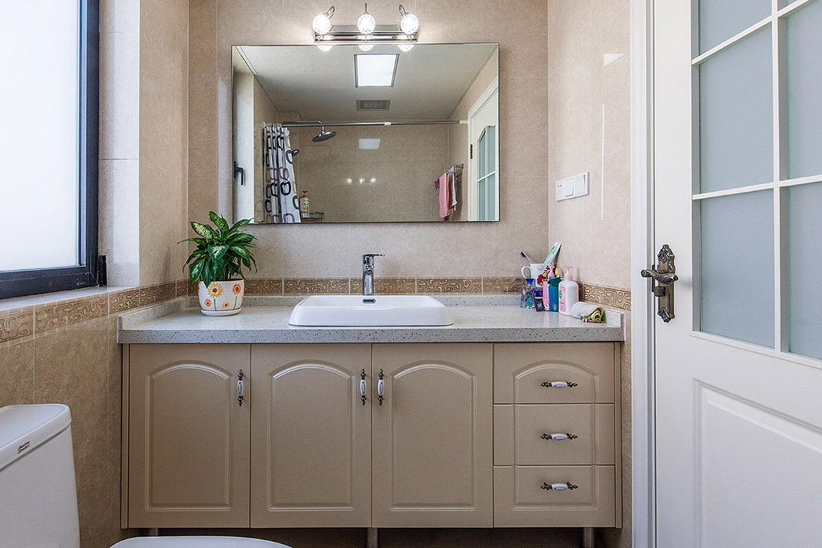适度的改动让卫生间更加合理,原本狭小的台盆的空间布置利用的淋漓精致,让整个区域有了生机。