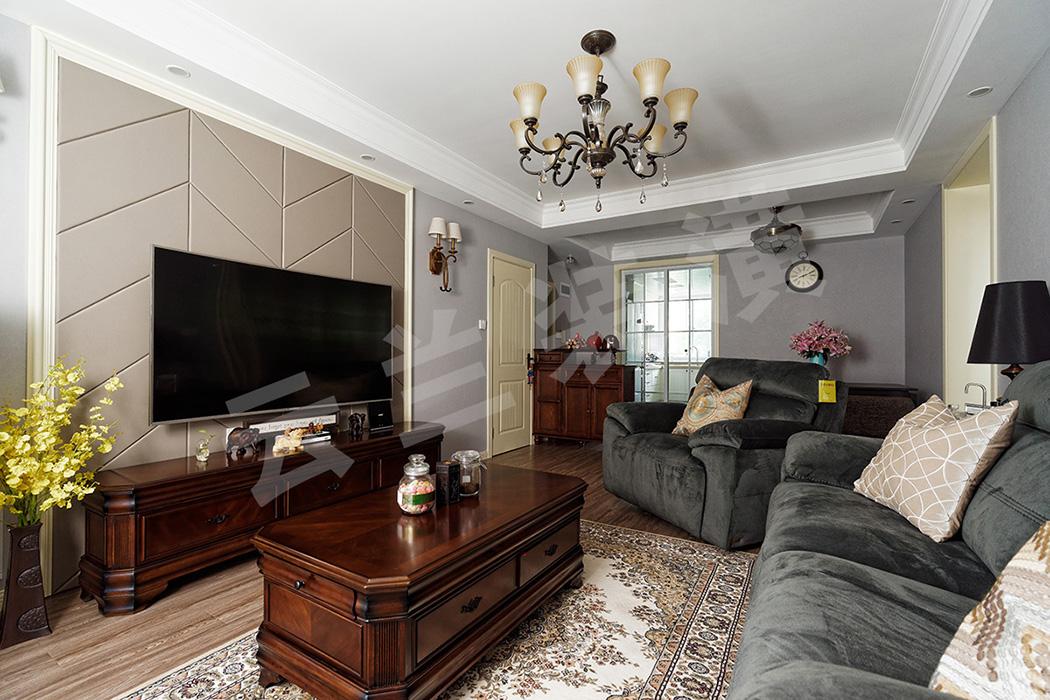 客厅的整体色调和质感偏浓重,作为点睛之笔的电视背景墙,线条明朗的灰色硬包在乳白色木线条的衬托下与沉稳大气的深色家具相呼应,家具又与蓝灰色墙面形成反差,凸显了客厅的立体感和层次感。