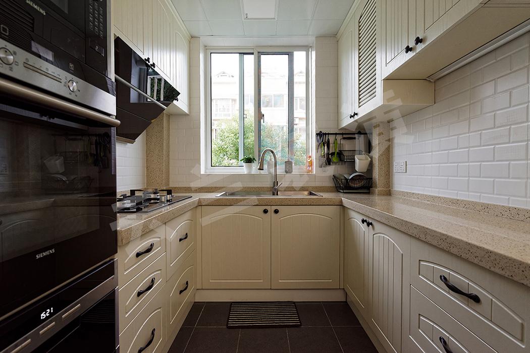 深灰色的地砖和白色墙面形成视觉反差,更加凸显整套橱柜的质感,彰显了业主对生活的态度。