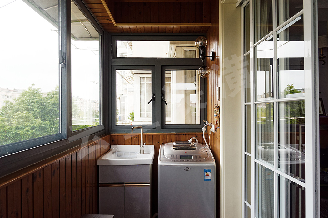 木质的阳台兼顾休闲和清洁功能,让生活变得更有诗意。