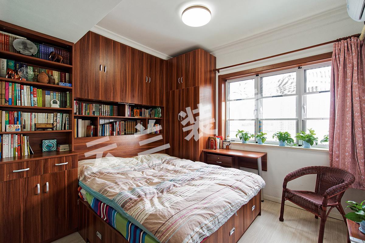 卧室的设计,利用移门的方便性采光性兼具办公空间的实用性,简约而不简单。生活之余还能在浩瀚的书海中浏览,这种生活品质很惬意很慢节奏。