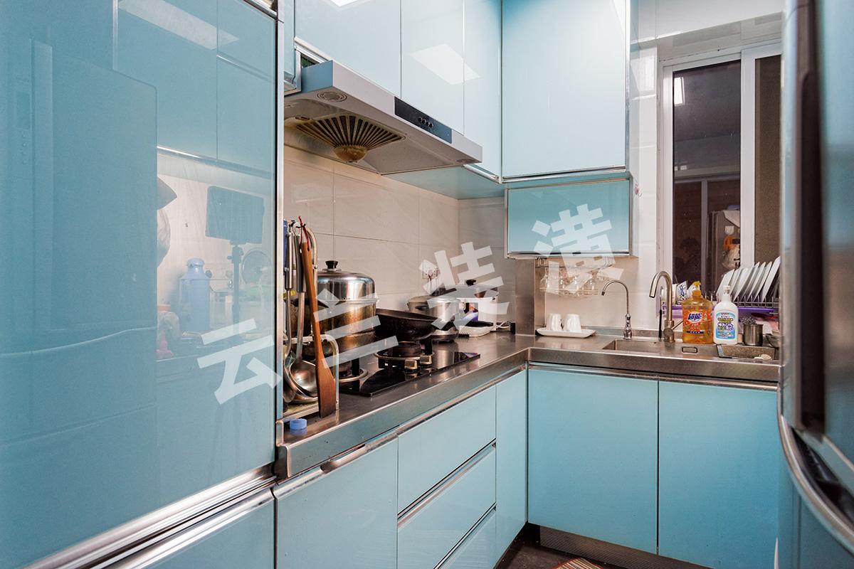厨房间五行火旺,在设计师的建议下主人公采纳了天蓝色系,为了好打理厨房间选用了金刚门板的好打理特性。