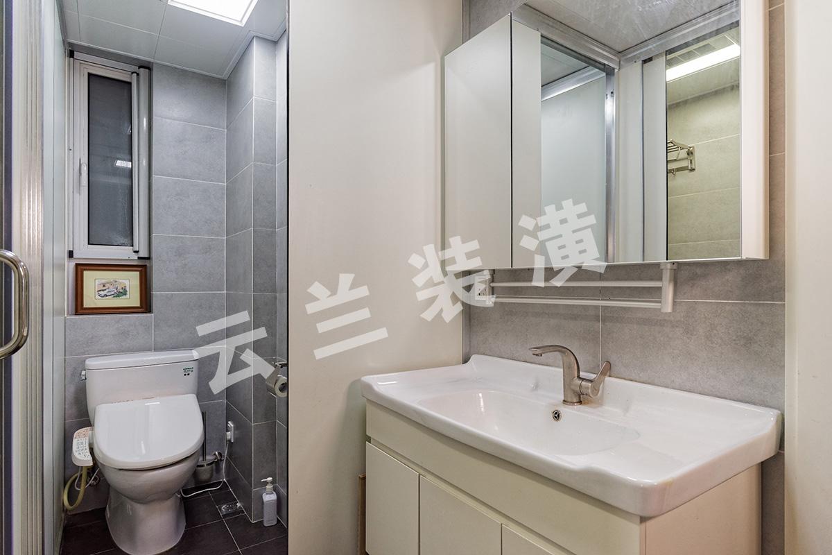 卫生间空间并不是很大,但是采用了独立性的设计,坐便器一个空间、淋浴房和浴缸一个空间,洗脸盆也是独立的,很有特点、很有个性。