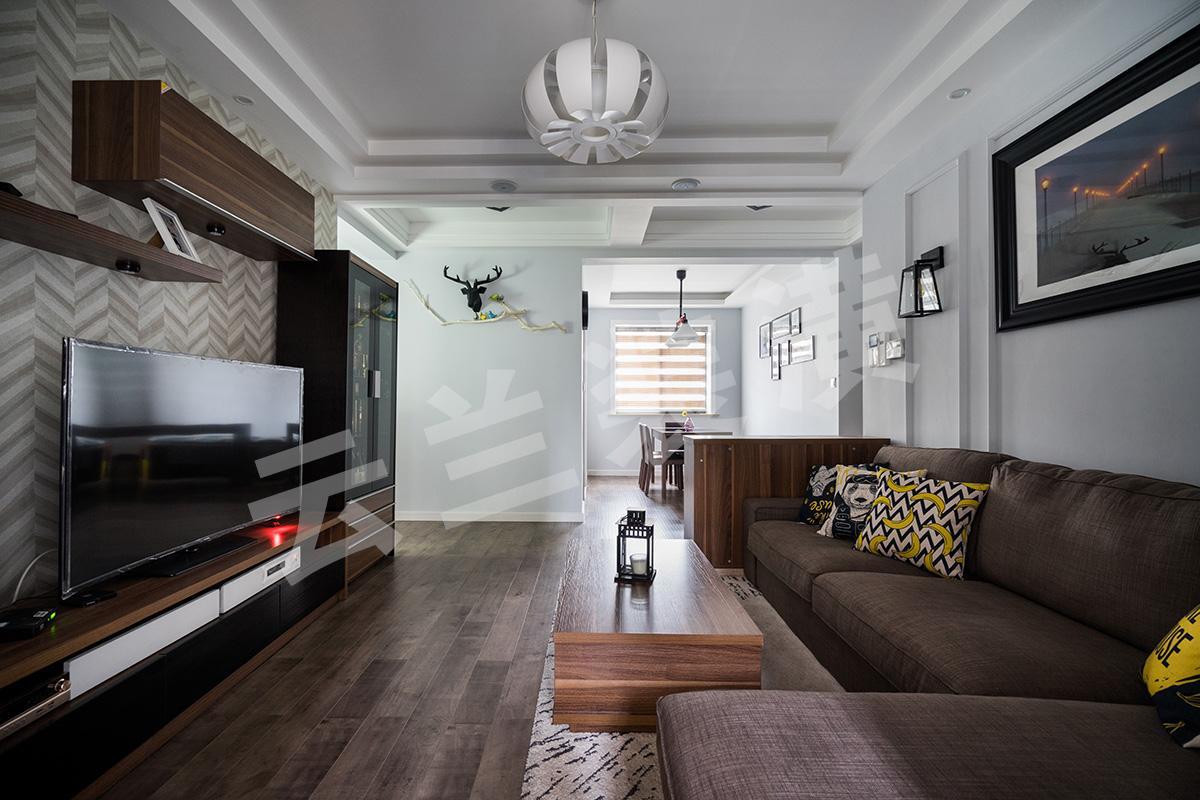 现代人们越来越喜欢简单化的家具,它舒适更便于打扫,所以客厅的家具虽保持着美式的沉稳颜色,但是没有了繁琐的花纹和配饰。那更多美式的元素就是藏在与吊顶和立面简单的画框线条。他的吊顶更多的是层层叠加,让整个立面看上去更立体。再配上客户花心思淘的配饰和挂画,让整个空间一下子生动了起来。客厅的整个立面设计都已经简单化,已有了沙发背景的线条框,所以电视背景只采用了简单的墙纸来修饰在配上组合柜来丰富整个格局。最后加上颜色亮丽的挂画和抱枕让整体空间都生机勃勃了起来。
