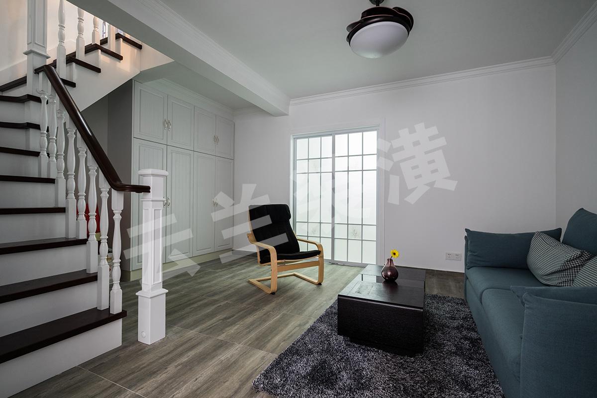 地下室顶天立地的收纳柜,不仅可以解决生活中一些琐碎的生活用品没有容身之地尴尬,也起到了美化空间的作!地下室的采光不是很好,所以都是明亮的白色为主色调,在上后期家具软装搭配给我们另一种简洁大气舒适的感觉。