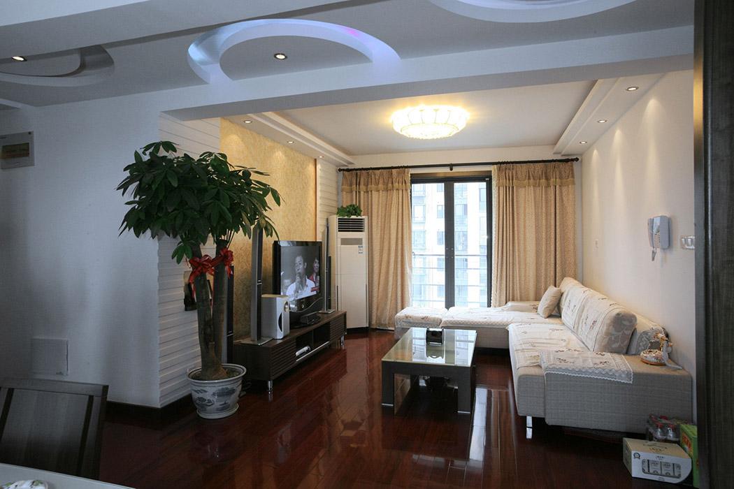 没有过多的装饰,简单的石膏板抽线,加上金色的马莱漆,让整个空间显得富贵而不奢华。