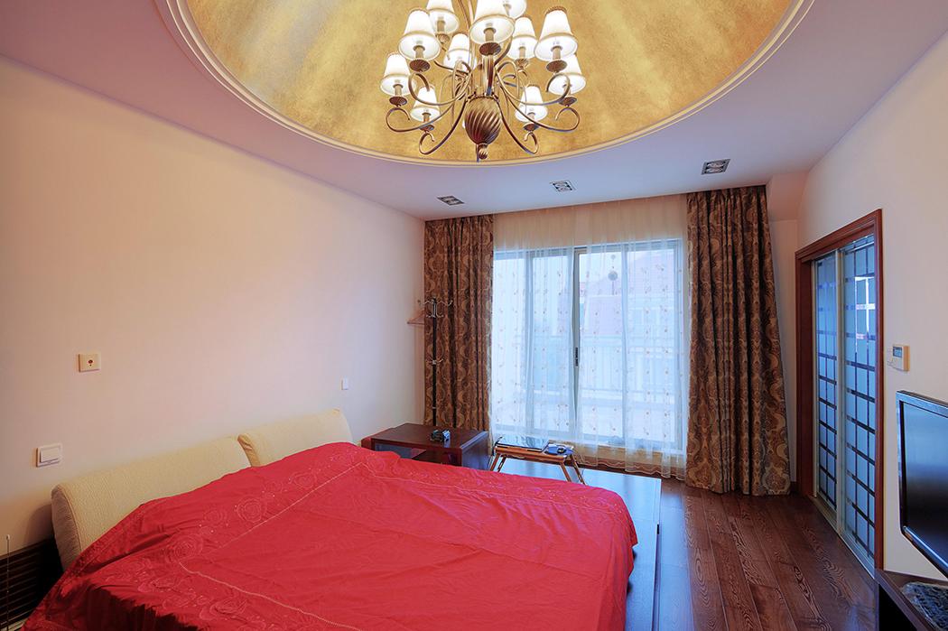 房间的设计豪放,大气,圆弧型的吊顶,内贴金色墙纸,简洁的显示了风格所带来的无限空间遐想。