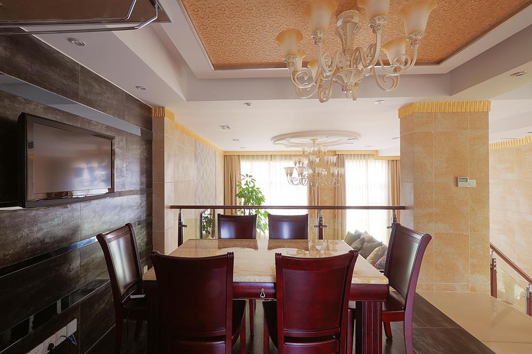 餐厅的设计也是别具匠心,天花的艺术墙漆,大理石桌面,背景墙的镜面及砖的搭配,让整个空间顿时大气明亮起来。