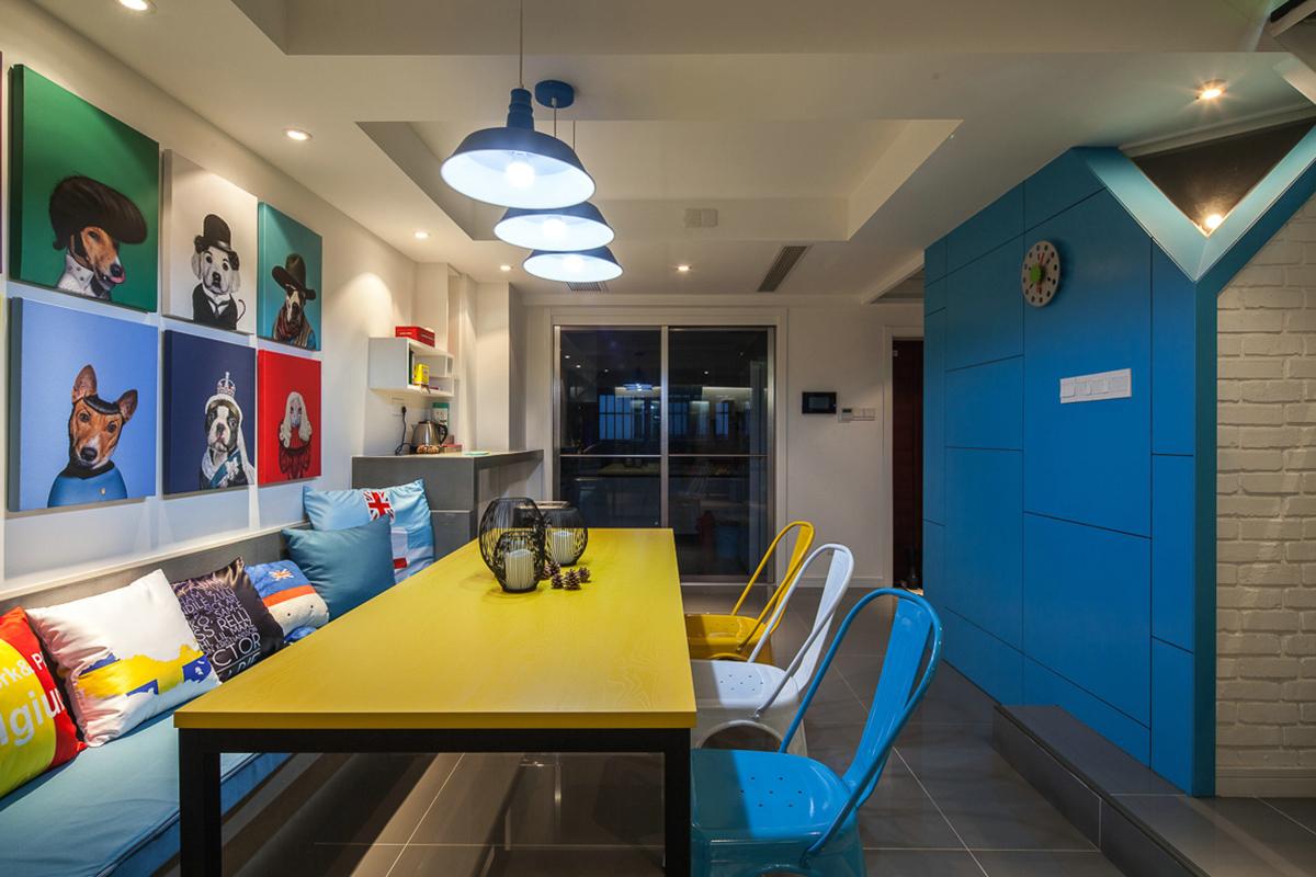 餐厅色彩比较丰富是为了缓解工作的疲惫感,刚好正适合当下的年轻夫妇