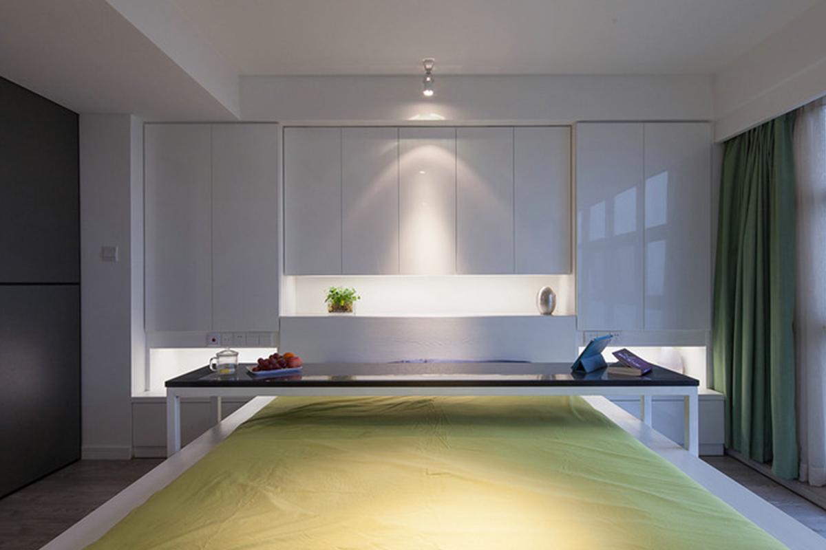 由于空间较大所以便在床头做了带有储物功能的储物柜,房间白色较多于是床单就选用了青色,显得空间色彩丰富