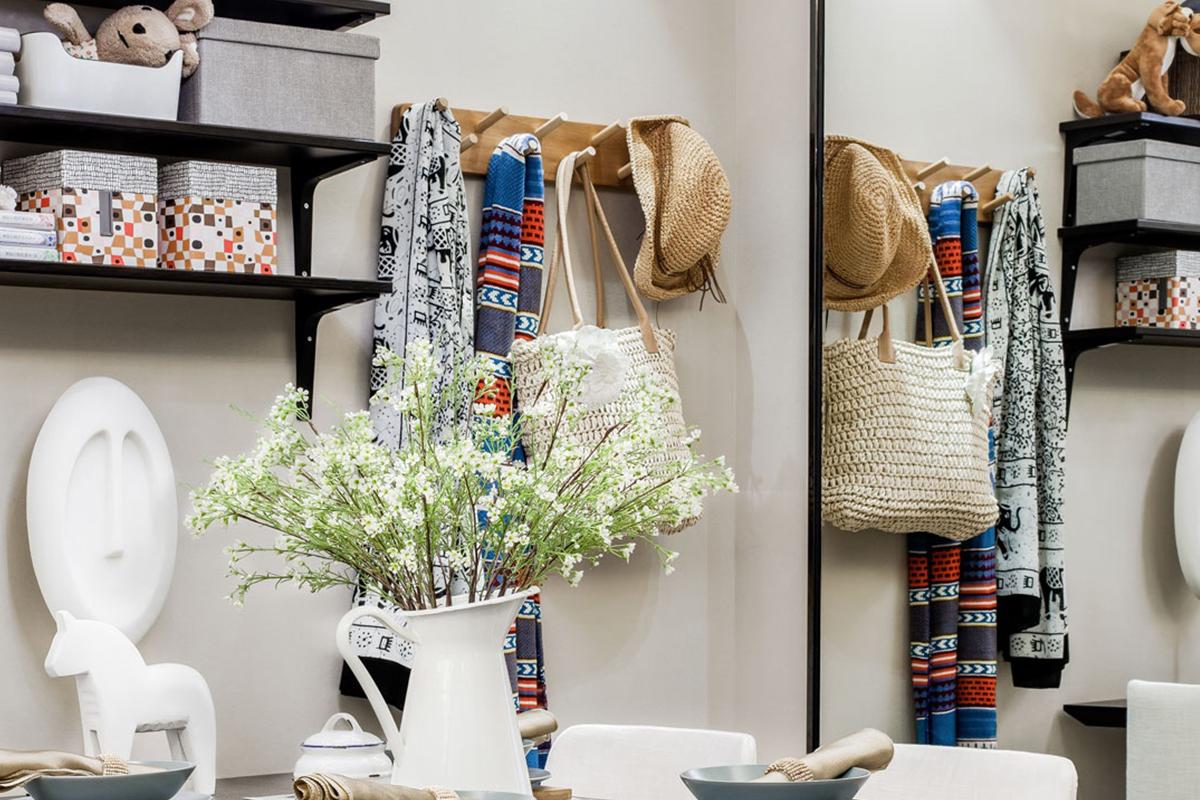 好的家居效果都要靠软装和精致的家居来打造,墙壁上挂衣物看起来是那么惬意。