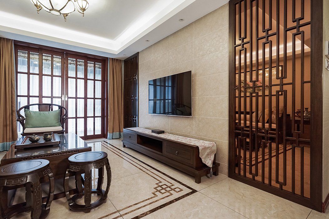 客厅为了衬托沉稳大气的深色家具,客厅采有光洁大气的地砖,使得深色家具不再压抑,也更凸显了家具的质感,品质生活油然而生。