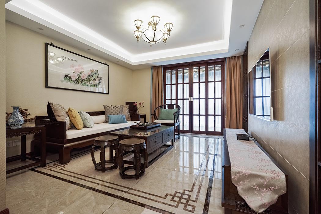 中式家具低调而奢华,沉稳而大气,充分体现了业主的,低调而内敛的做人风格,一只青花瓷和一幅山水画诠译了生活乐趣与情操。