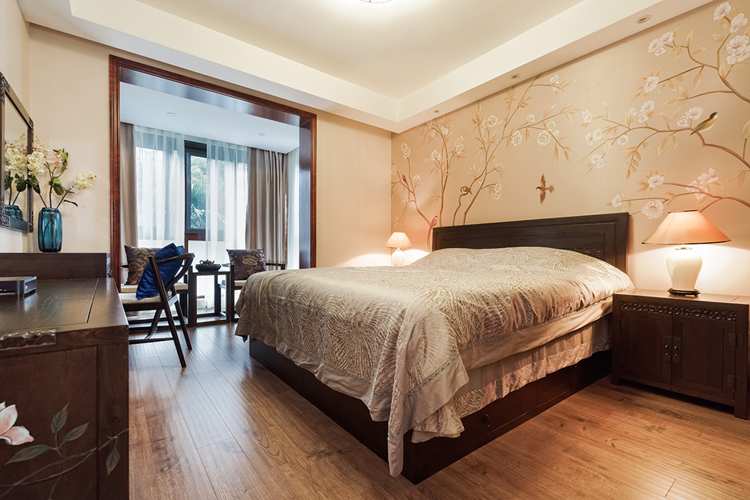 主卧一百争鸣图,柔化了家具的硬朗,配上淡色系的床艺,让整个卧室温馨而不失中国风。