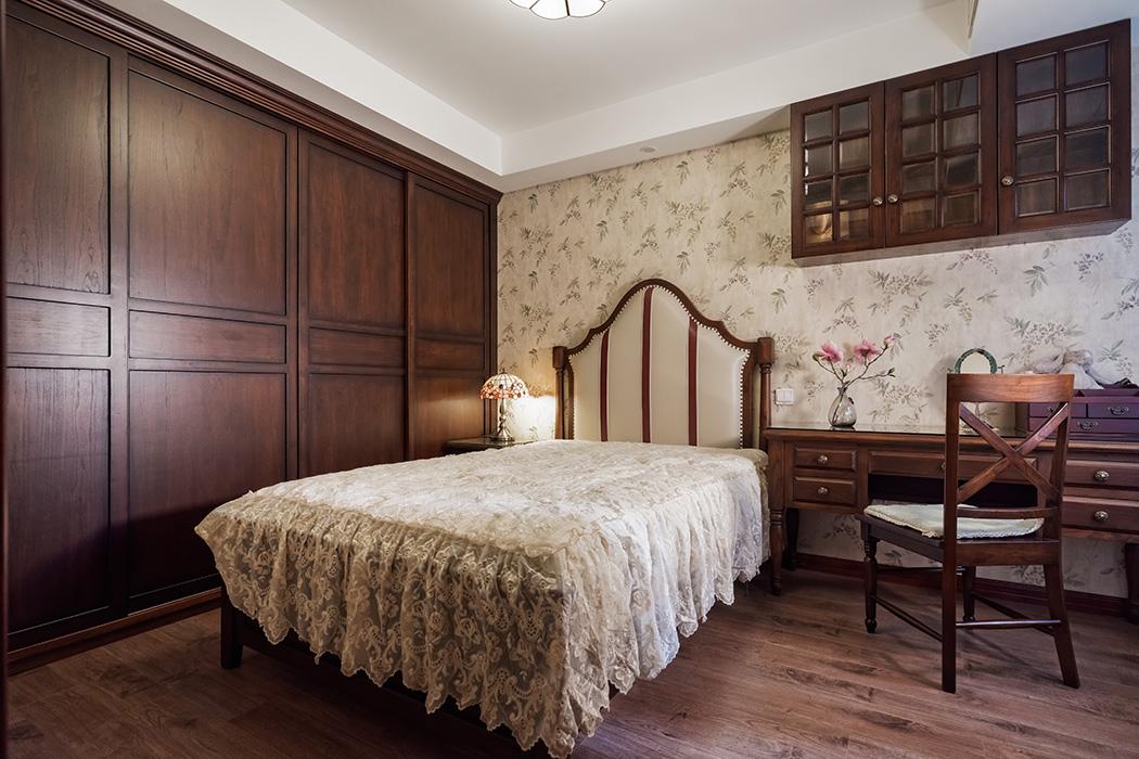 次卧继续走的是中式路线,小碎花的墙纸与床艺,增添了几分童真与可爱,与庄重的中式家具相搭配,传统的中国公主房浑然天成。