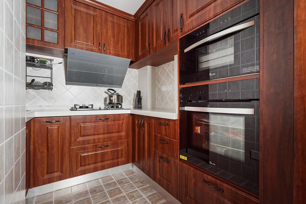 厨房中式实木家具在淡灰的防古砖的衬托下,显得更加高贵奢华,把业主的高品质生活彰显的淋漓尽致。