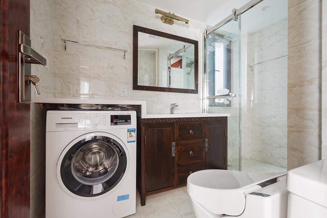 卫生间干净明亮,中式台盆柜压轴,古铜色的配饰让深色家具显得更加尊贵。