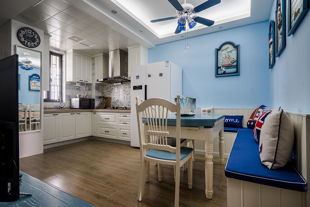 客厅以地中海风格主色调蓝白(大海.蓝天为伍),与光.大自然融合的特殊风情,空间设计透着白.蓝.黄色调的点缀增加空间的活跃感,它的基调是明亮.热烈和丰富的色彩。