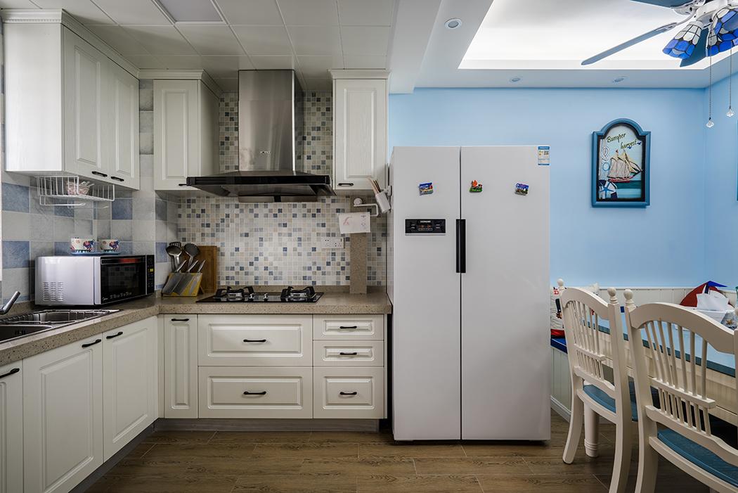 厨房延续了餐厅的简洁风格,开放式厨房,采用卡座的设计,与木质餐桌椅形成呼应关系。背景和弧形吊顶的选用,与客厅保持一致性,形成空间的完整性与整体感。