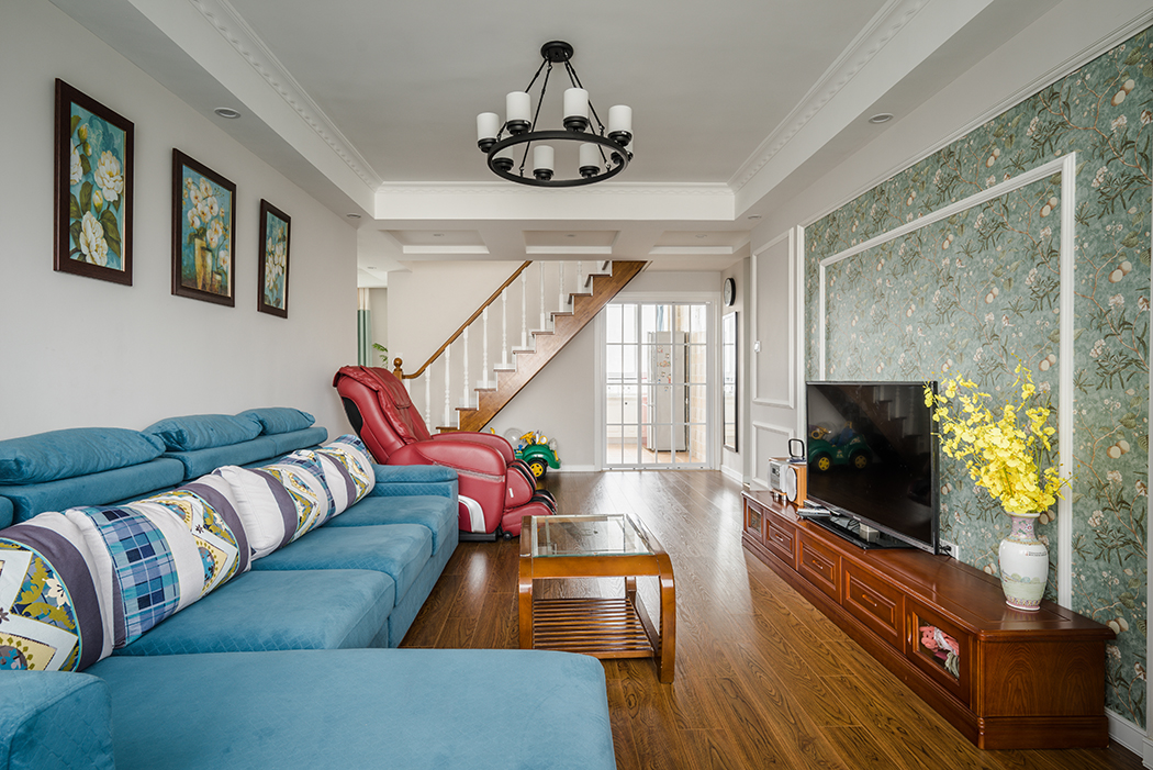 客厅甜美的碎花布艺装饰,厚重的实木家具,都是一些平淡的色彩,比起城市来它更多了一份清闲和安逸,多了一份与大自然拥抱的机会和冲动。