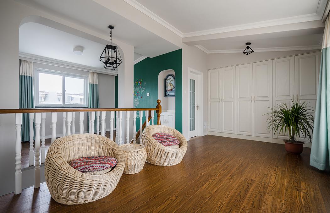 在二楼,除家庭成员休息的卧室外,也会随着家庭自身的要求和特点,建设敞开式书房、休闲娱乐室、多功能室、小起居室等空间,以满足家庭多样化的要求,尤其是绿色的黑板墙,随时随地让小朋友创意发挥。