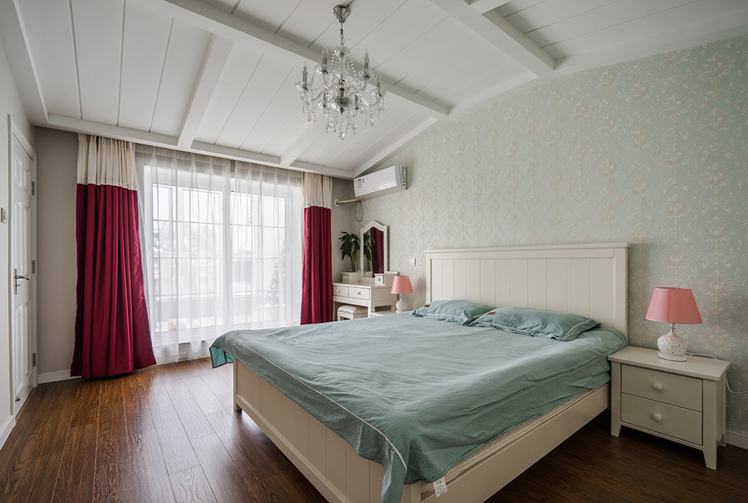 主卧室墙面甜美的碎花布艺装饰,白色的家具,以及吊面造形的处理,整体小清新为主。
