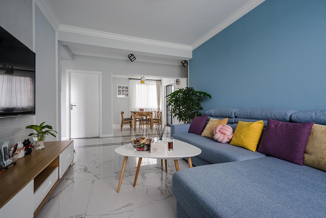 超长的真皮沙发,造型简单轻薄,很富有经典的德国设计风格,灰蓝色沙发背景预制呼应。有一种安静协调感,你会觉得它本来就应该在这里,他属于这个空间。