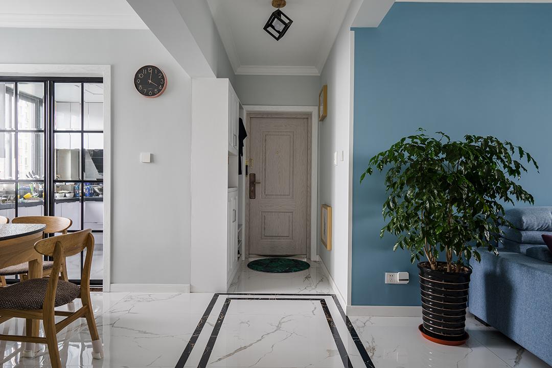 门厅简单干净,浓浓的居家感。特意配上米色防盗门,跟整体风格加以呼应。