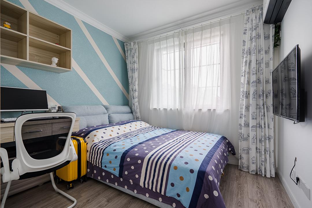 小孩房背景墙用几何色块打破单调氛围,床品依旧是香芋色为主,圆点点缀。选用白色卡通图案窗帘,增加了些许童真。
