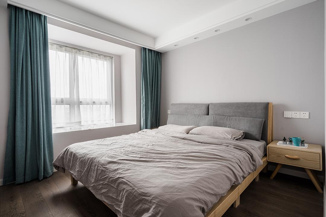 本案空间采用原木色地板色卫主色调,深灰色的布艺沙发和原木色的餐桌椅、个性十足的吧台吊灯让空间富有层次而不错乱。也都蕴含着业主对生活的理解和对于生活品质的追求。